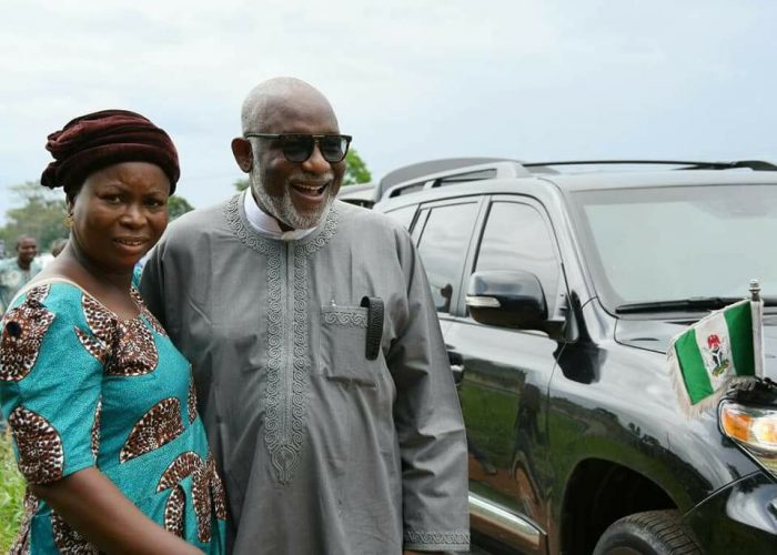 Ondo Governor Stops By To Buy Snail From Old Customer